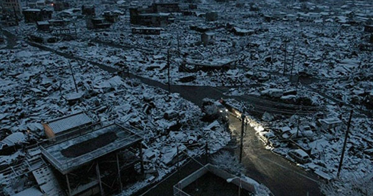Японія, Ямада. Автомобільні фари підсвітлюють вулицю зруйнованого міста Ямада, префектура Івате. Офіційна кількість загиблих і зниклих безвісті після руйнівного землетрусу і цунамі в Японії перевищила 11 тисяч осіб. @ AFP