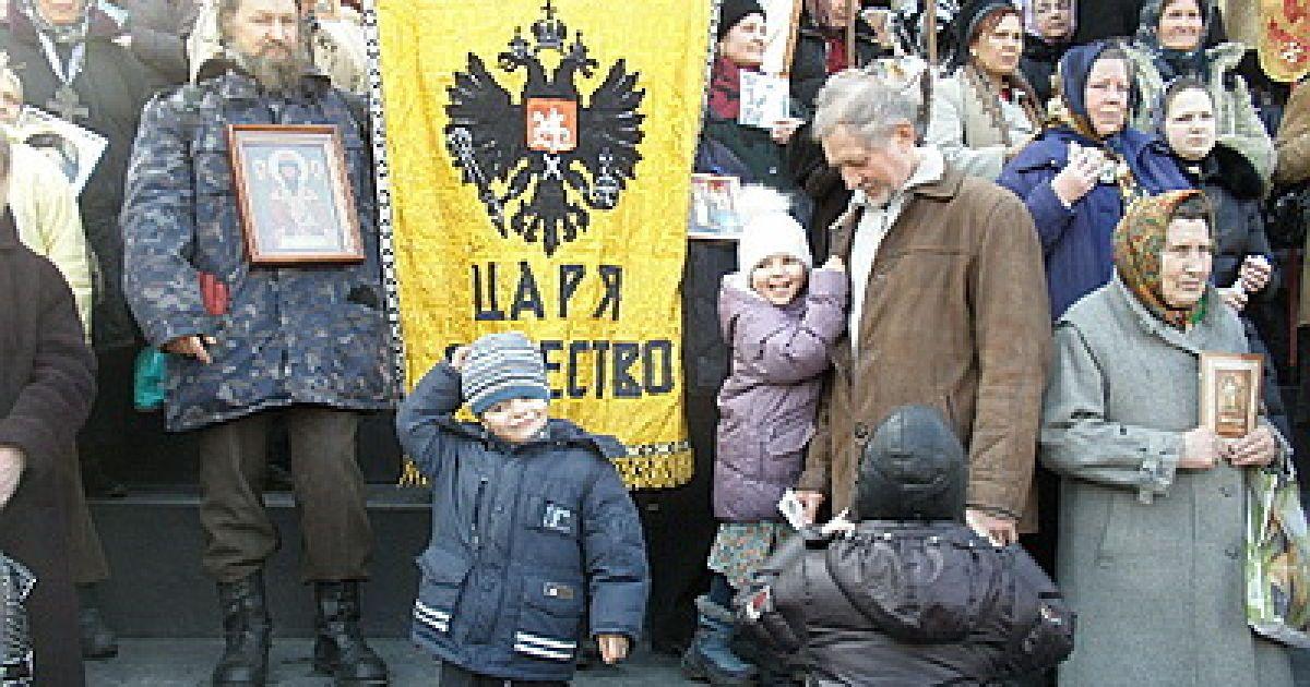 Учасники ходи йшли під імперськими знаменами, прославляли Російську церкву @ Новый Регион