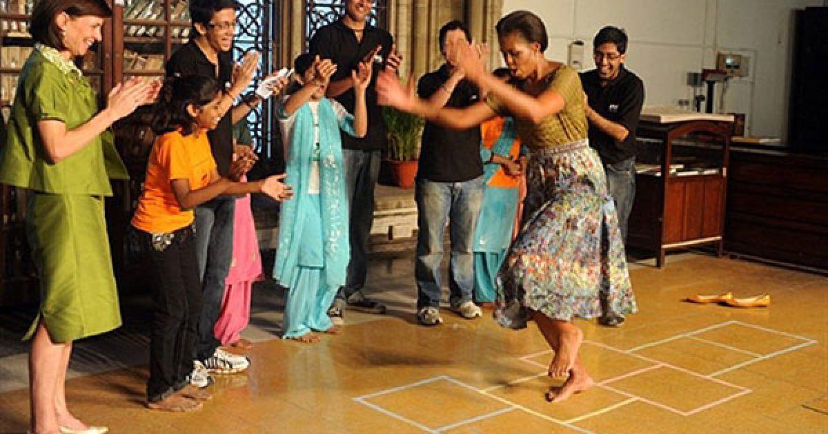 """Індія, Мумбаї. Перша леді США Мішель Обама грає у """"класики"""" під час зустрічі зі студентами в кампусі Мумбайського університету. @ AFP"""