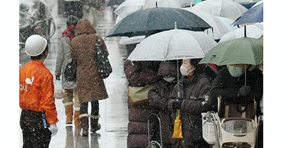 Десятки тисяч японців залишилися без даху над головою, їх поки не можуть забезпечити продуктами. @ AFP