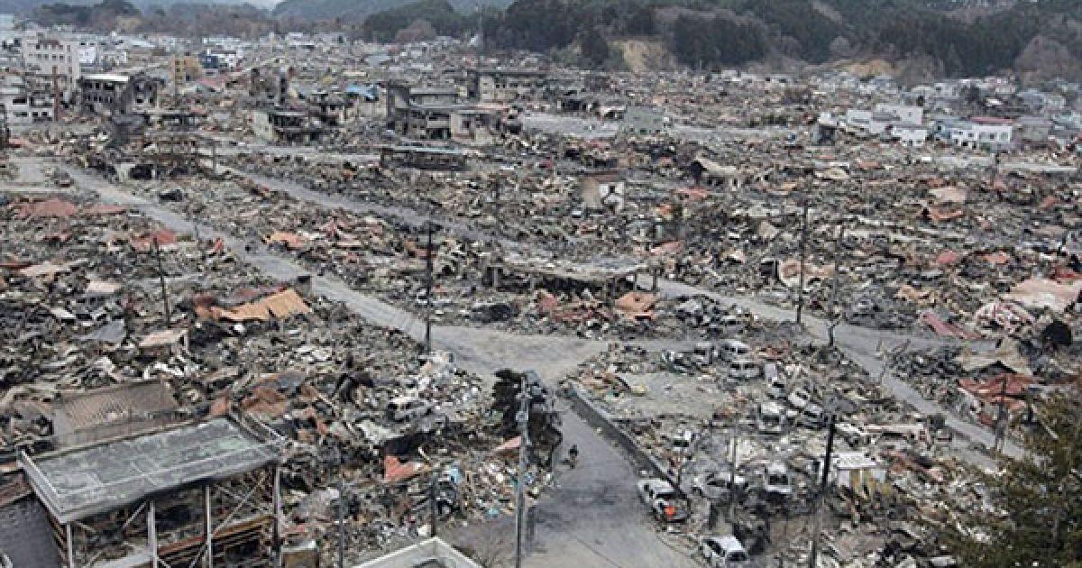 Цунамі змило цілі міста на сході країни @ AFP