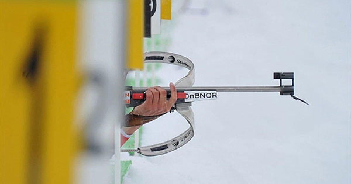 Австрія, Хохфільцен. Норвезький спортсмен Ларс Бергер робить постріл під час тренування у чоловічому спринті на 10 км під час Кубка світу з біатлону у Хохфільцені. @ AFP