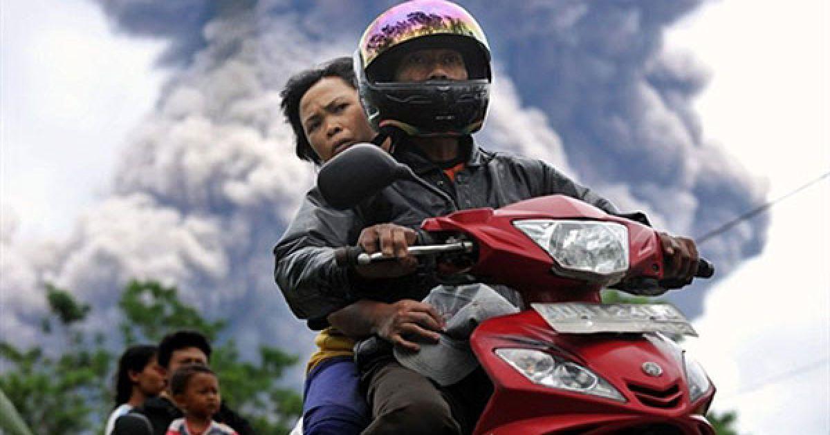 Індонезія, Балеранте. Місцеві жителі залишають небезпечну зону вулкана Мерапі, який засипає попелом селище Балеранте. @ AFP