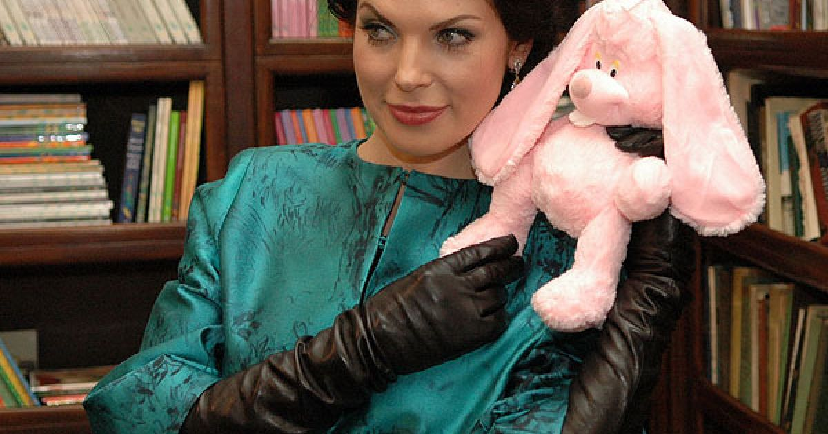 Влада Прокаева готовится к Новому году и фотографируется с Кроликом - символом 2011 года @ ТСН.ua