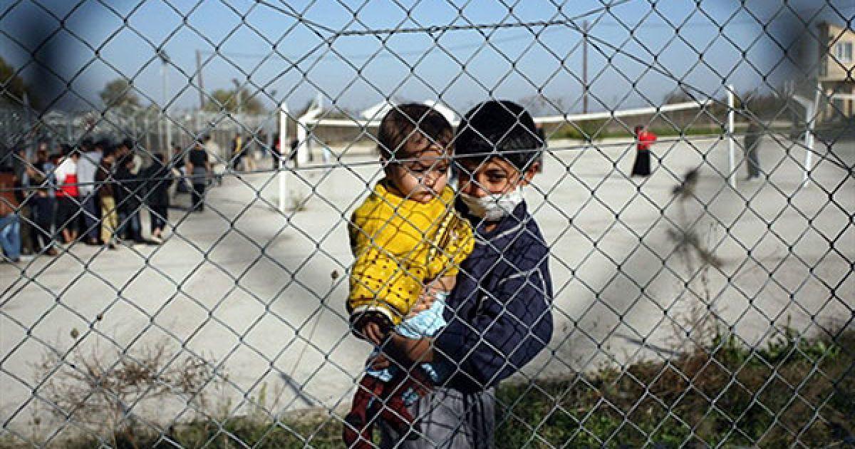 Греція, Філакіо. Діти іммігрантів стоять за парканом центру утримання іммігрантів у селі Філакіо на греко-турецькому кордоні. Прикордонники з 26 країн почали прибувати на північний схід Греції, щоб приборкати хвилю незаконних іммігрантів, які перетинають кордон з боку Туреччини. @ AFP