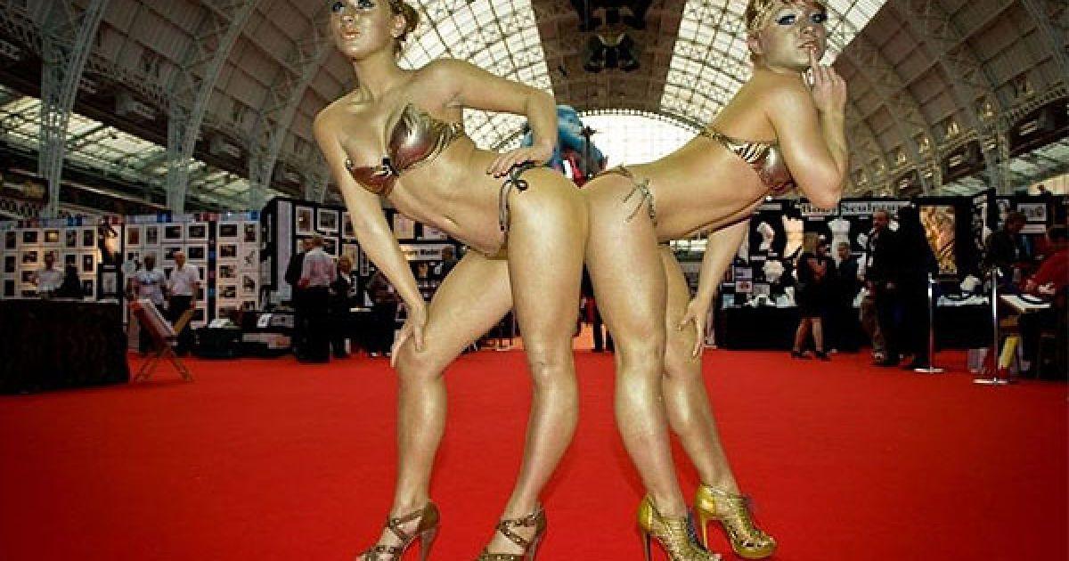 Виставка товарів для секс-індустрії Erotica 2010 у Олімпійському виставковому центрі в Лондоні.