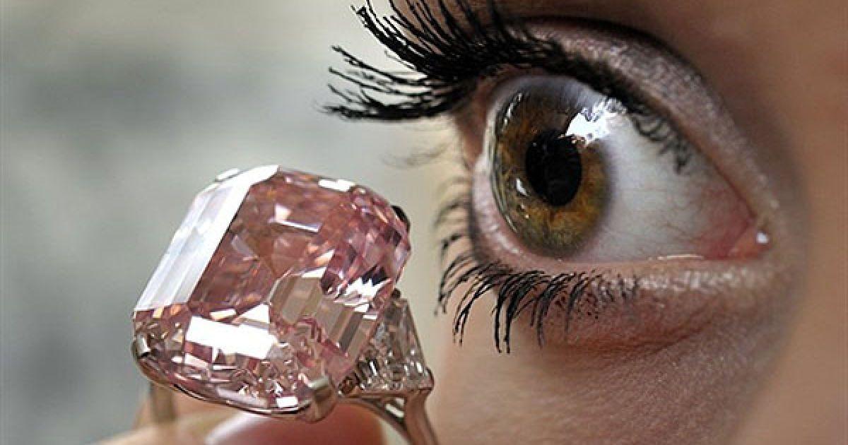 Швейцарія, Женева. Модель демонструє рожевий діамант у 24,78 карата під час попереднього аукціону Sotheby's у Женеві. Рідкісний рожевий діамант вставлено у кільце, яке належить до приватної колекції і коштує майже 38 мільйонів доларів США. Кільце з діамантом буде виставлено на продаж 16 листопада у Женеві. @ AFP