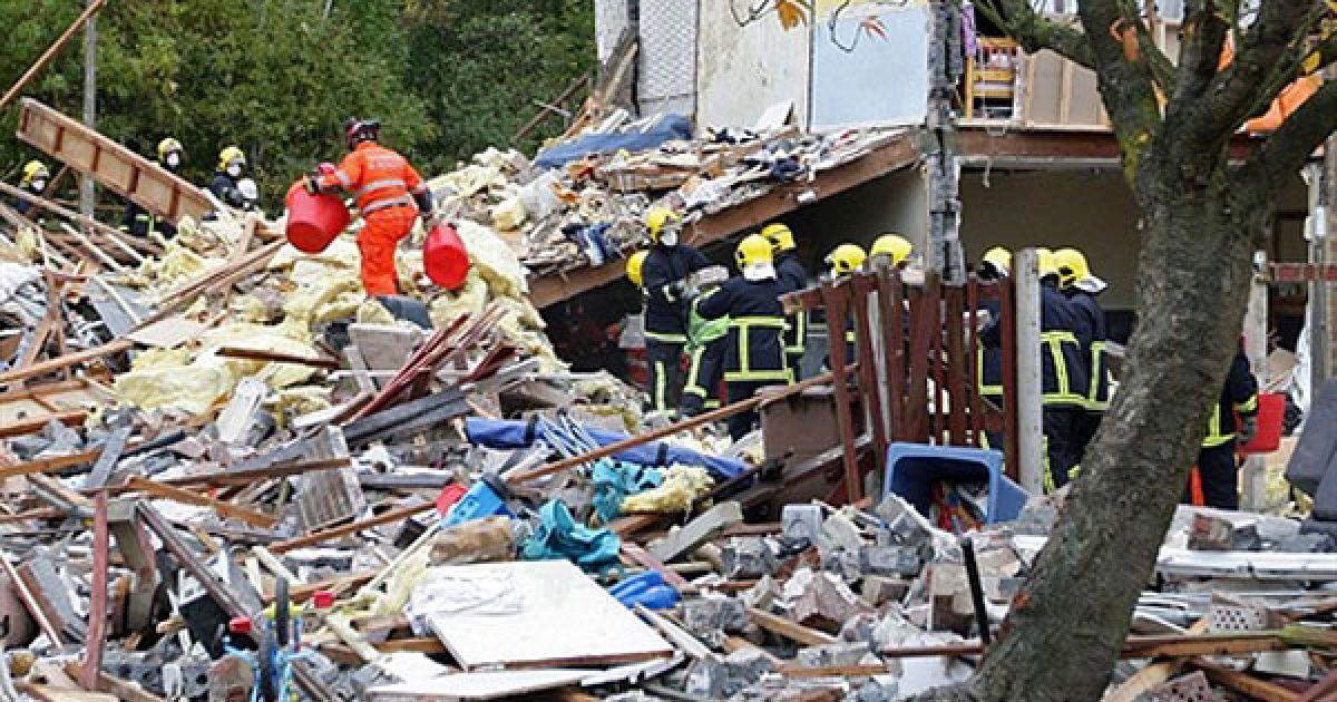 Великобританія, Ірлам. Члени аварійно-рятувальних служб працюють на місці вибуху у житловому районі в місті Ірлам. Дев'ять осіб, включаючи дітей, отримали поранення в результаті вибуху газу, яким було зруйновано кілька будинків на північному заході Англії. @ AFP