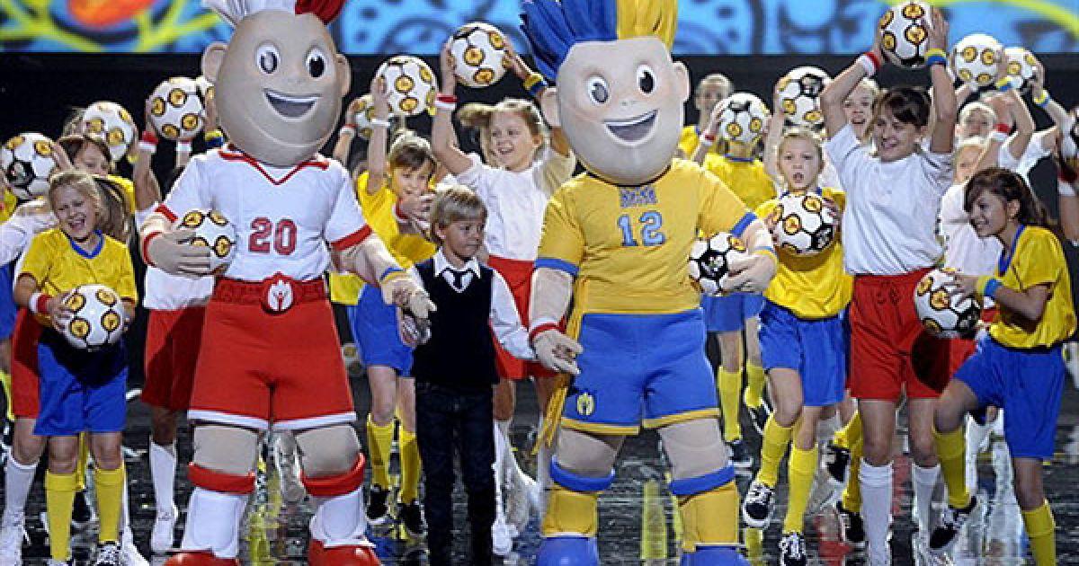 Талісманами Євро-2012 стали двоє футболістів-близнюків, які є ще й супергероями. @ AFP