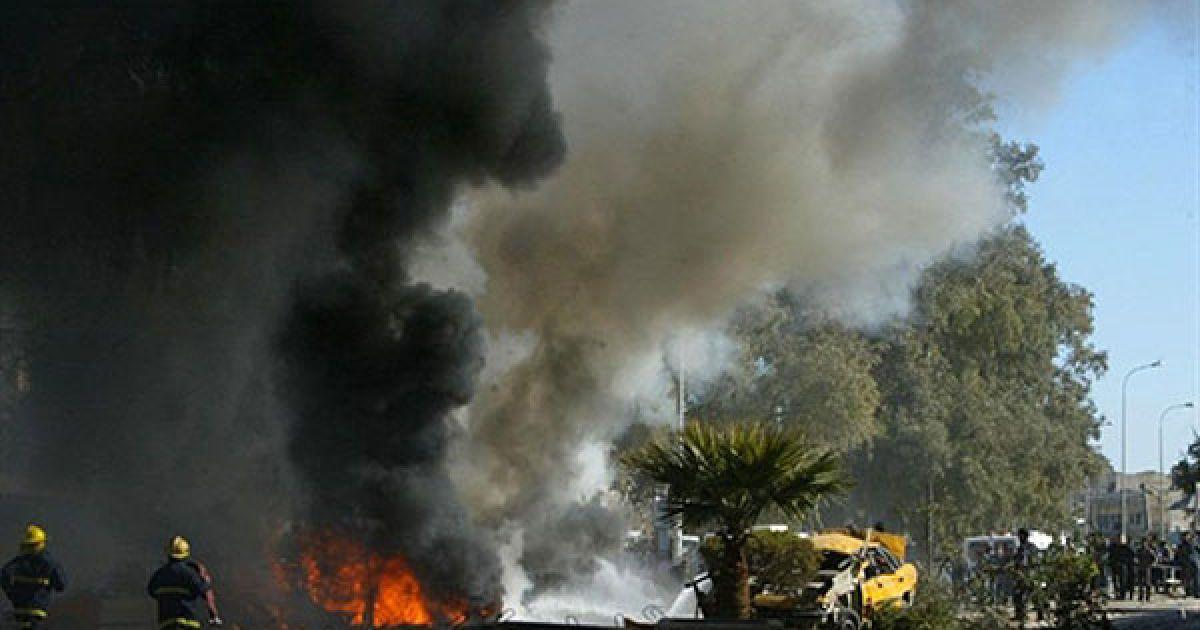 Ірак, Кіркуку. Пожежні намагаються загасити палаючий автомобіль, який вибухнув посеред натовпу перед лікарнею міста Кіркуку. Під час вибуху загинула одна людина, ще 22 були поранені. @ AFP