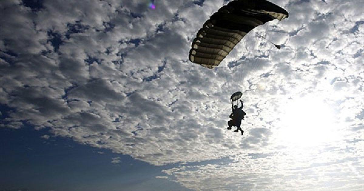 """Непал, Покхара. Член команди """"Скайдайв Еверест"""" готується приземлятися у Покхарі. Досвідчені скайдайвери здійснили політ долиною Покхара після стрибків з висоти більше 4 км. Організатори стрибків з парашутом """"Скайдайв Еверест"""" говорять, що вони планують почати комерційні дайвінг-сесії з травня 2011 року. @ AFP"""