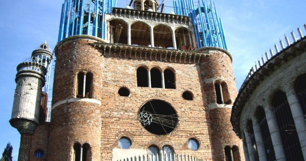 Церква побудована виключно із будівельного сміття, її висота сягає 40 метрів. @ inhabitat.com