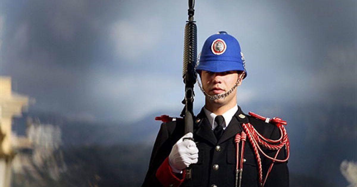 """Монако. Солдат з почесної варти Монако стоїть перед палацом Грімальді у Монако. Гвардія Монако складається з 3 офіцерів, 15 сержант-майорів і 80 рядових, які пройшли найкращу військову школу у Франції. Армія Монако була кілька разів реорганізована з моменту її створення, а у січні 1904 року принц Альберт I перейменував їх """"Компанію карабінерів принца"""". @ AFP"""