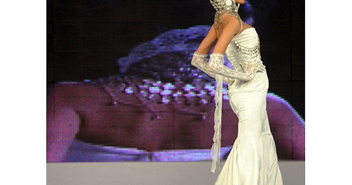 Пакистан, Карачі. Модель демонструє одяг пакистанського дизайнера Фахада Хуссейна під час Пакистанського тижня моди у Карачі. @ AFP