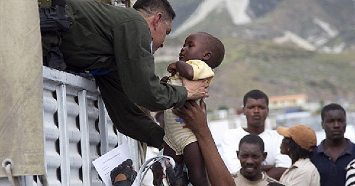 Гаїті, Порт-о-Пренс. Миротворці ООН вивозять місцевих мешканців на вантажівках ООН з міста Порт-о-Пренс, якому загрожує тропічний шторм Томас. @ AFP
