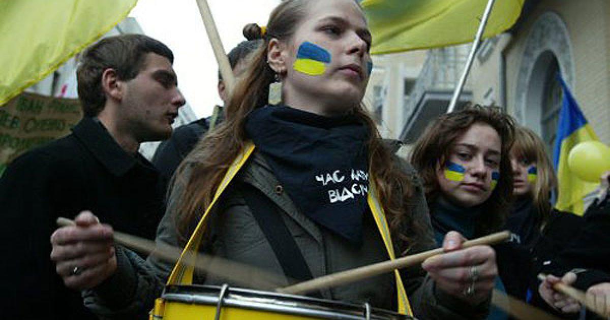Під вікнами Януковича захисники мови били в барабани та проколювали кульки @ УНІАН