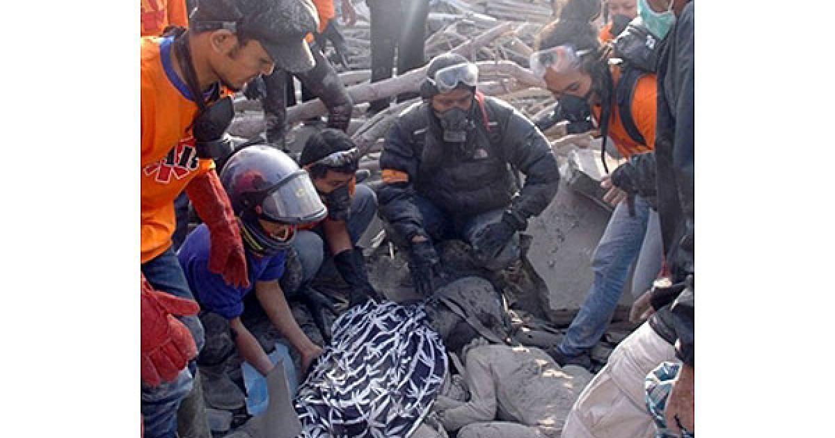 """Шістнадцять жертв, про які достеменно відомо на цей момент, живцем згоріли біля будинку 73-річного Сураксо Харга, відомого на Яві як """"хранитель ключів"""" Мерапі. @ AFP"""