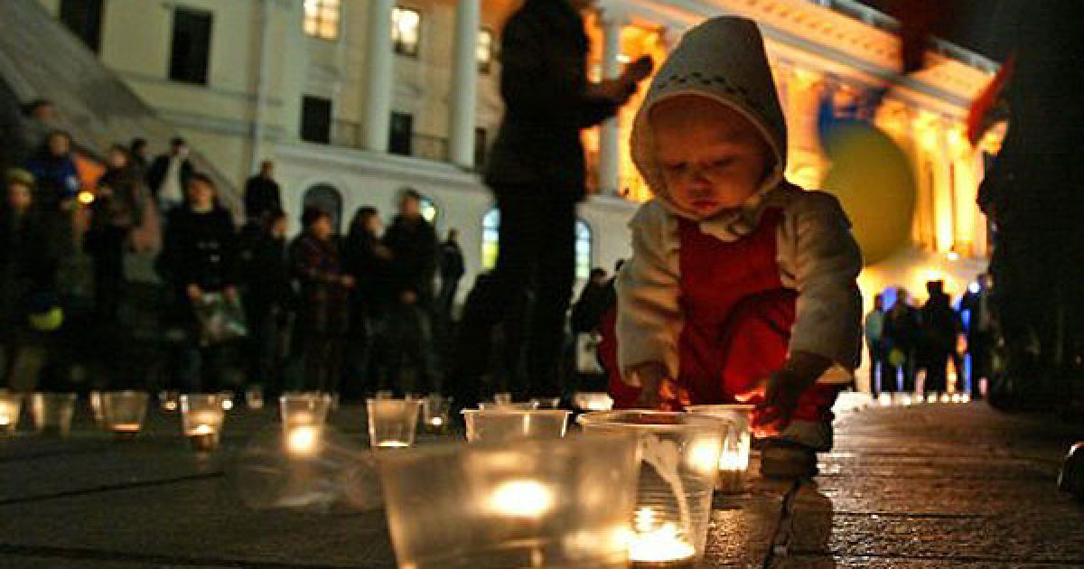 """На головній вулиці країни із близько 600 свічок було викладено заклик """"Відчуй смак української мови"""". @ УНІАН"""