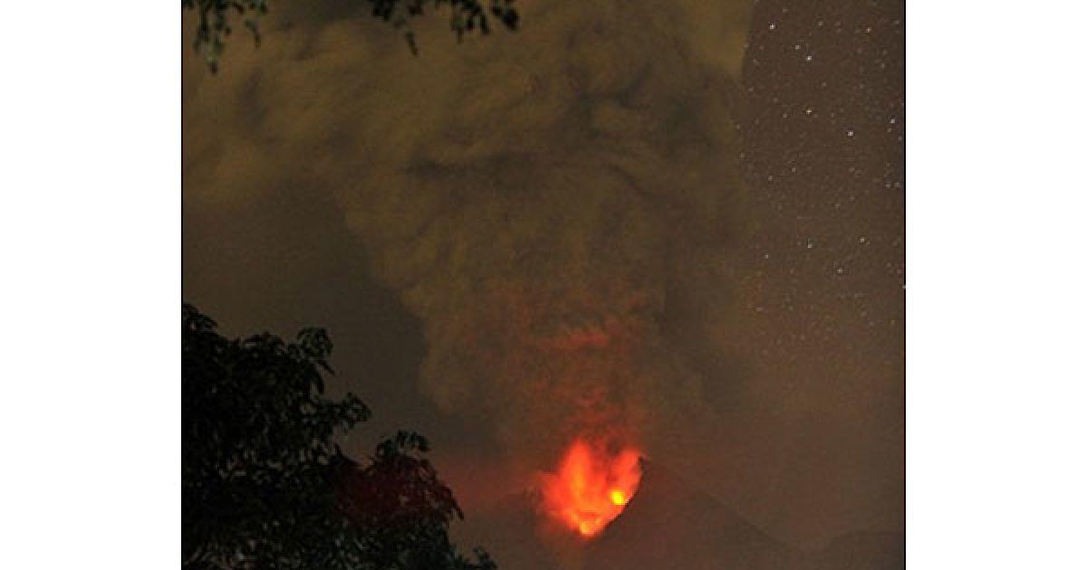 Індонезія, Клатене. Лава і попел від виверження вулкана Мерапі у провінції Центральна Ява на світанку. Авіакомпанії скасували щонайменше 36 рейсів у Джакарті через виверження найактивнішого вулкана Індонезії. @ AFP