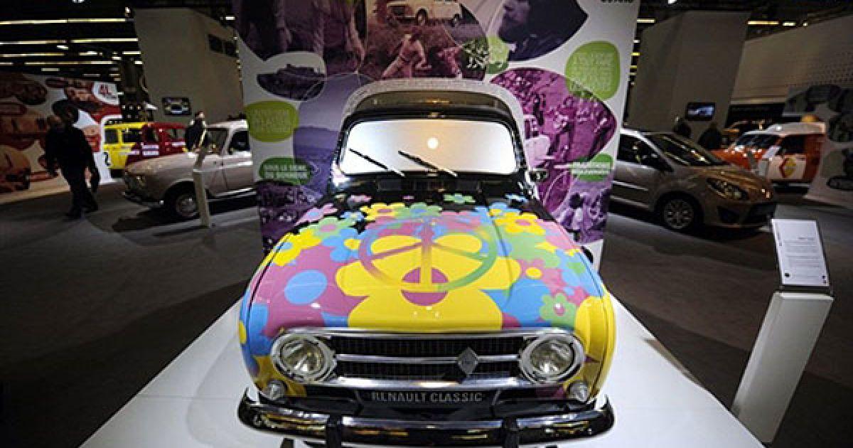 Легендарний французький Renault 4L, пофарбований у психоделічному стилі 1960-х рр. @ AFP