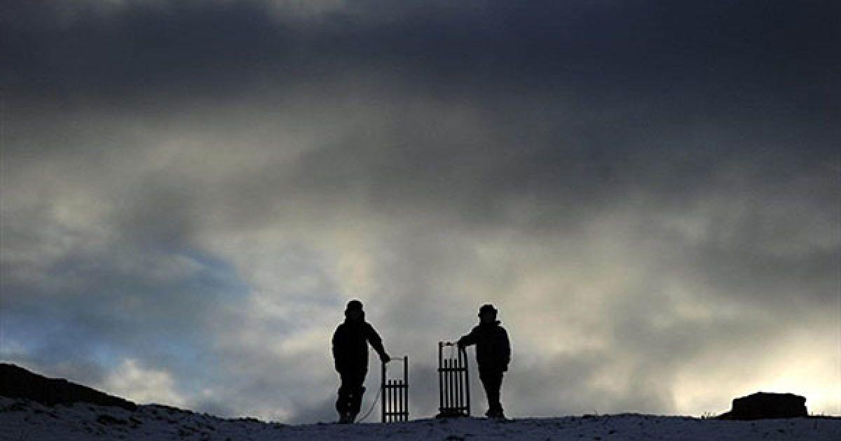 Німеччина, Гельзенкірхен. Діти із санчатами стоять на вершині пагорба у парку Нордстерн в Гельзенкірхені, Західна Німеччина. @ AFP
