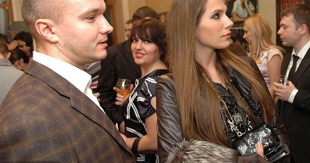 Антонину Паперную все чаще можно видеть с молодым мужчиной Павлом, который думает, что за ними следят @ ТСН.ua