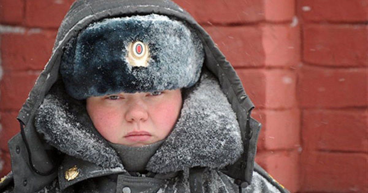 Росія, Москва. Жінка-міліціонер стоїть на варті на Червоній площі у Москві під час сильного снігопаду. @ AFP