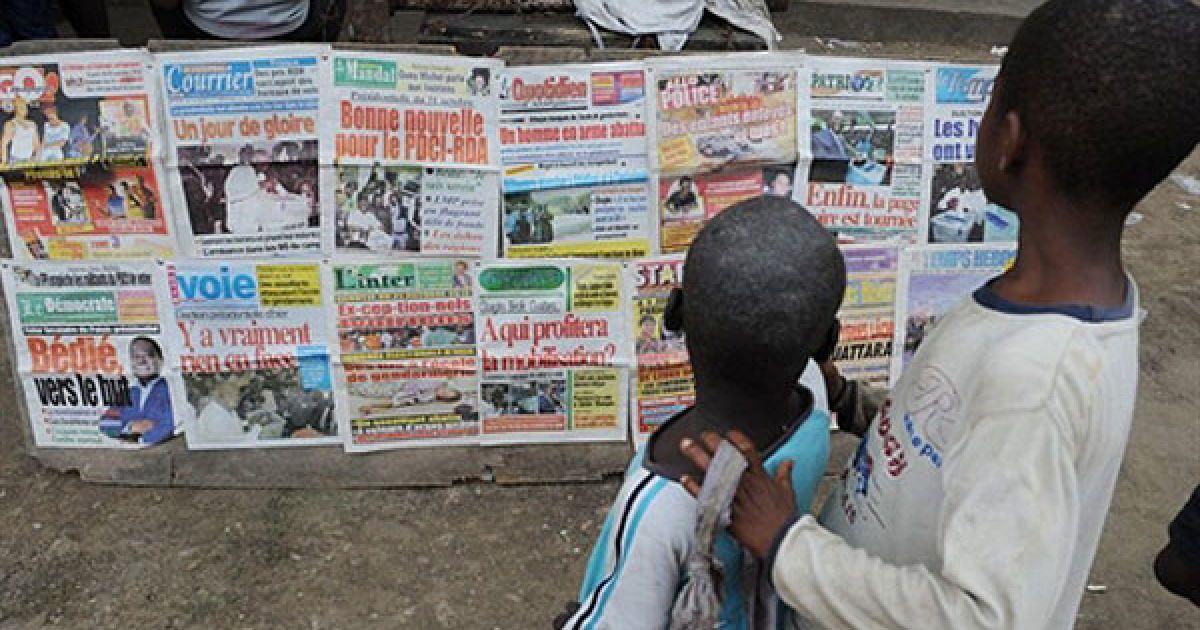 Кот-д'Івуар, Абіджан. Діти роздивляються стенд з газетами у Абіджані після того, як у країні пройшли президентські вибори. У Кот-д'Івуарі з нетерпінням очікують результатів, оскільки ці вибори стали історичною подією, люди могли робити вільний вибір між кандидатами. @ AFP
