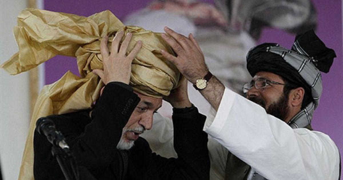 Афганістан, Пактіка. Губернатор провінції Пактіка Могібулла Самеєм одягаю подарований ним тюрбан на президента Афганістану Хаміда Карзая. @ AFP