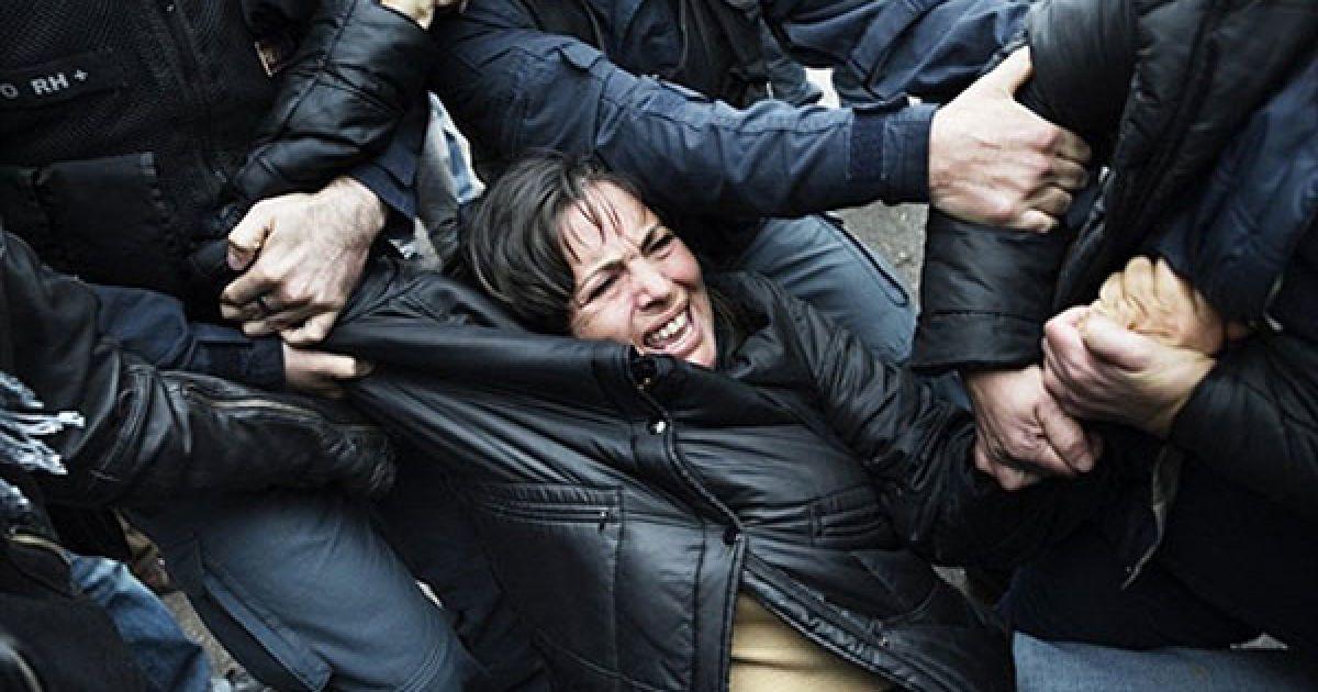 Італія, Джульяно. Співробітники поліції намагаються затримати демонстраторів, які блокують сміттєвози на шляху до звалища Таверна дель Ре. В Італії тривають акції протесту проти створення звалища на схилах Везувію, на яке звозитимуть сміття із сусіднього Неаполя. @ AFP