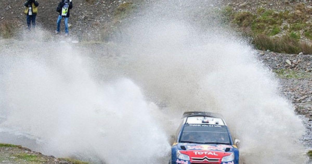 Великобританія. Французький гонщик Себастьян Ожиє змагається на своєму Citroen C4 WRC під час другого дня перегонів в Уельсі. @ AFP