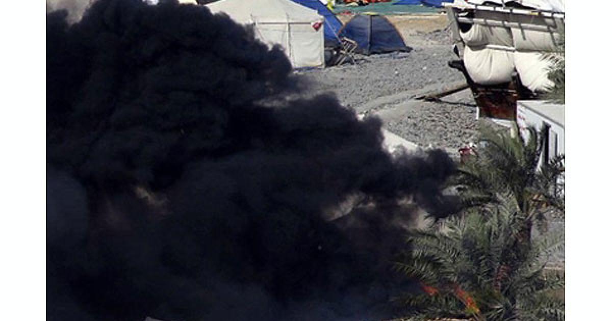 Сотні правоохоронців на танках, в бронетранспортерах і спецавтобусах знищили наметовий табір антиурядових протестувальників на Перлиновій площі в Манамі. @ AFP