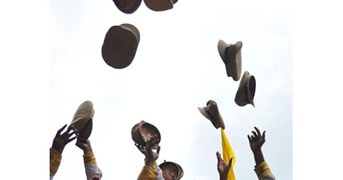 Індія, Хайдарабад. Члени Центральних сили промислової безпеки святкують після церемонії випуску у Національній академії промислової безпеки в Хайдарабаді. @ AFP