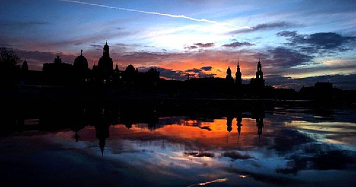 Німеччина, Дрезден. Силует Дрездена відображає в річці Ельбі на заході сонця. @ AFP