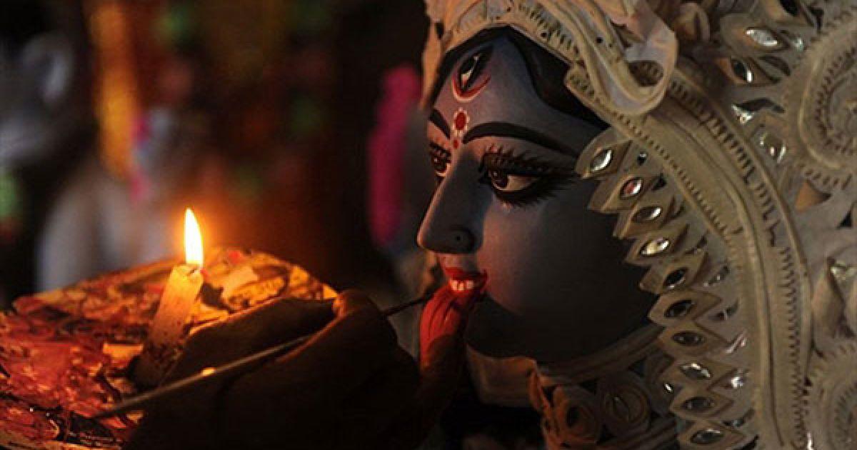 Індія, Сілігурі. Індійський художник завершує роботу над ідолом індуїстської богині Калі напередодні свята Дівалі, свята світла, яке почнуть відзначати у всій країні 5 листопада. @ AFP