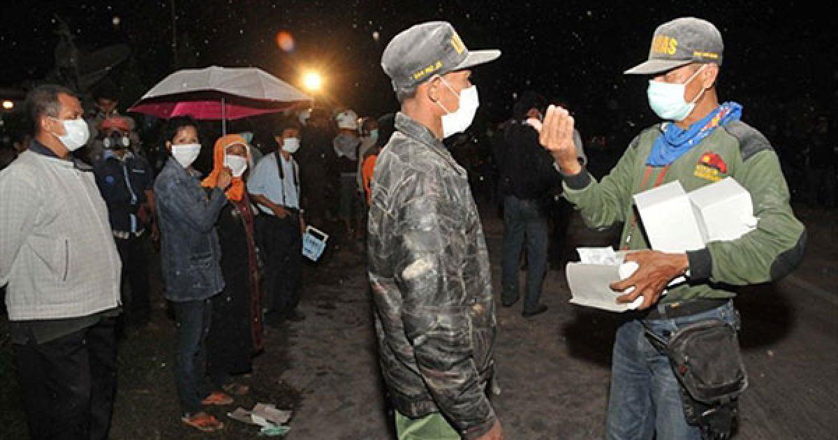 Вулкан перейшов до стадії вибухового виверження і зробив серію потужних викидів вулканічного попелу. @ AFP