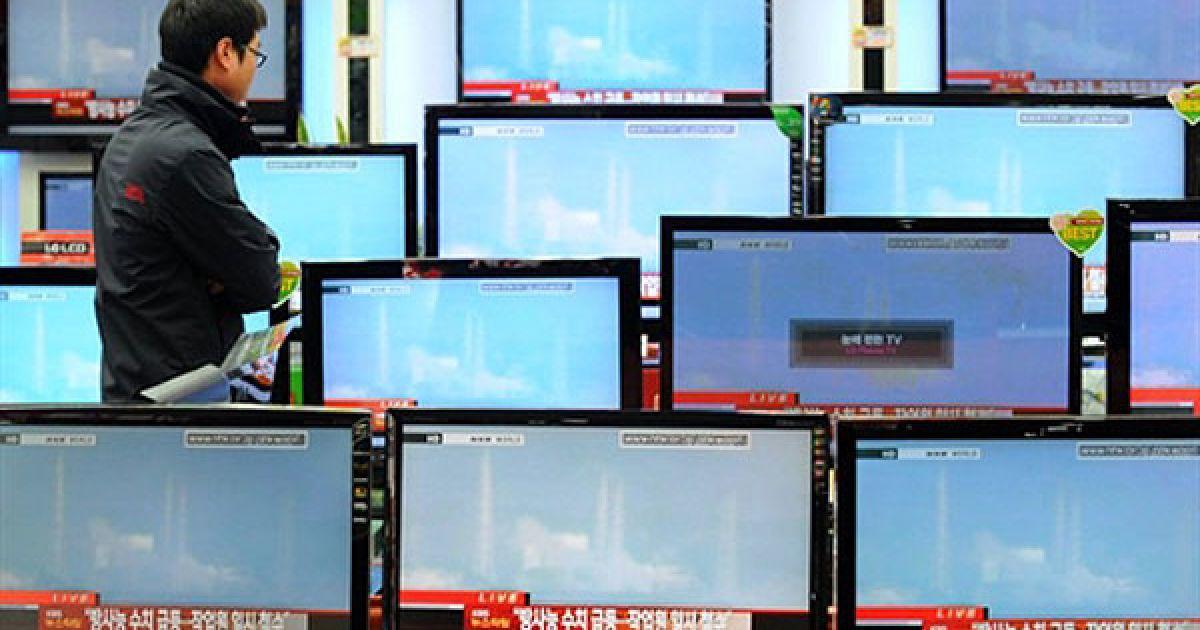 """Республіка Корея, Сеул. Чоловік дивиться момент вибуху на АЕС """"Фукусіма"""" в Японії. Південна Корея направить до Японії вантаж охолоджувальних матеріалів, щоб допомогти владнати ситуацію на ушкоджених ядерних реакторах. @ AFP"""