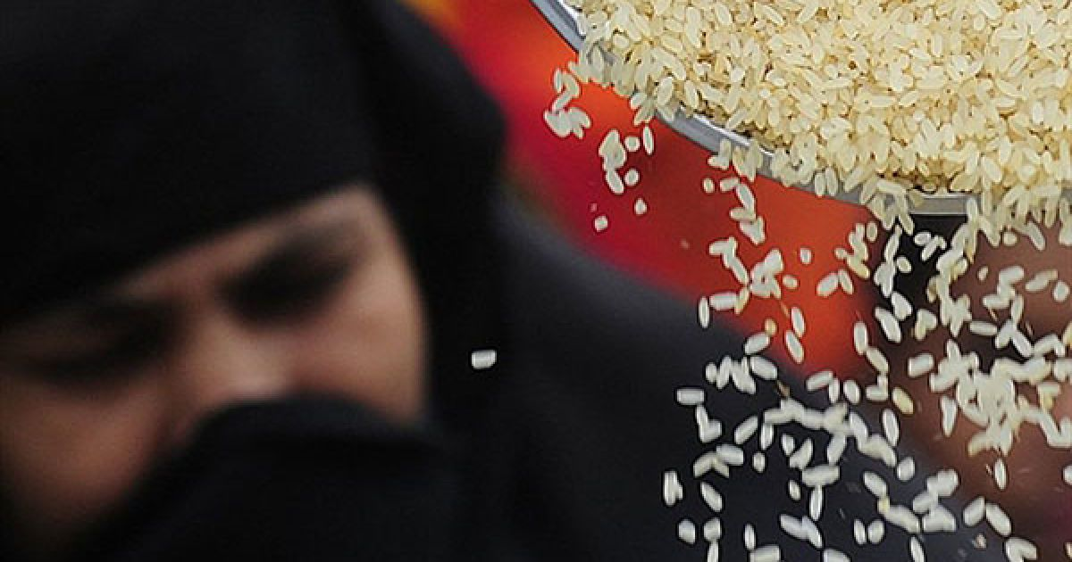 Бангладеш, Дакка. Жінка стоїть у черзі на отримання рису в Дацці. У Бангладеш більше мільйона найбідніших громадян безкоштовно отримують рис. Ці заходи мають пом'якшити наслідки різкого зростання цін на продукти. @ AFP