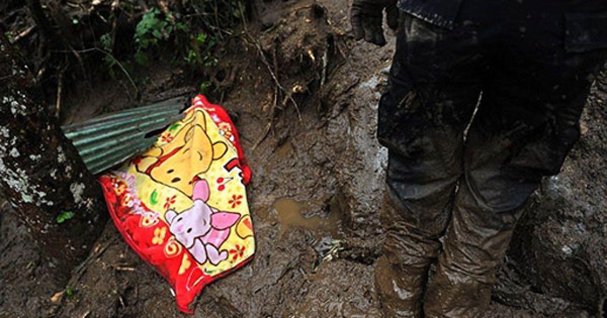 Коста-Ріка, Сан-Антоніо-де-Есказу. Тіло дитини, яка загинула в результаті зсуву, що стався в місті Сан-Антоніо-де-Есказу. Бруд накрив селище у передмісті Сан-Хосе, щонайменше вісім осіб загинули, 15 пропали безвісти. @ AFP