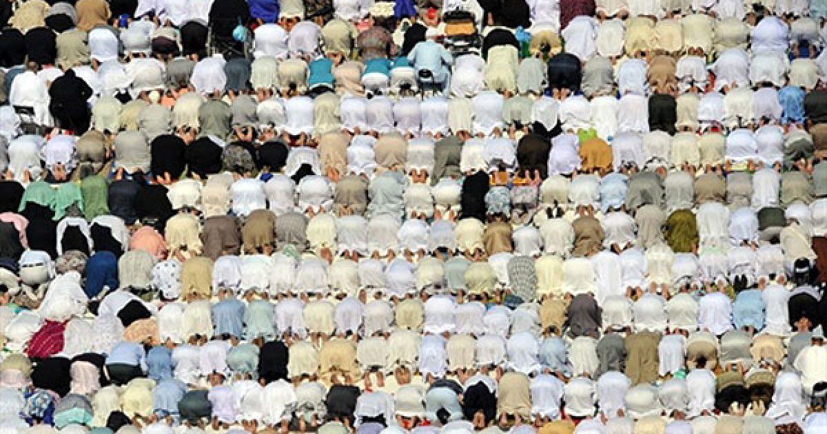 Саудівська Аравія, Мекка. Мусульманські паломники здійснюють п'ятничну молитву перед Великою мечеттю у Мецці. Близько 2,5 мільйонів мусульманських паломників прийшли до священного міста для щорічного хаджу. @ AFP