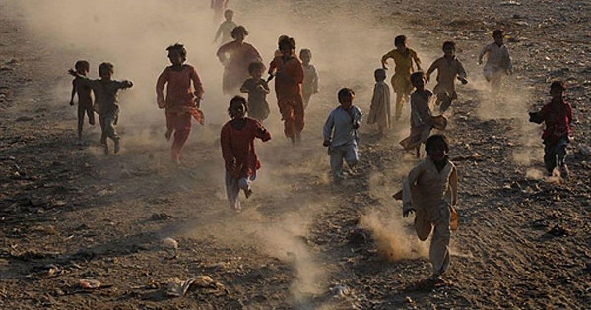 Пакистан, Лахор. Пакистанські діти грають у місті Лахор. Дощі небувалої сили викликали у країні катастрофічні повені у липні і серпні, в результаті яких було спустошено площу розміром приблизно з Англію, більше 21 млн. людей постраждали від стихійного лиха, що спіткало країну. @ AFP