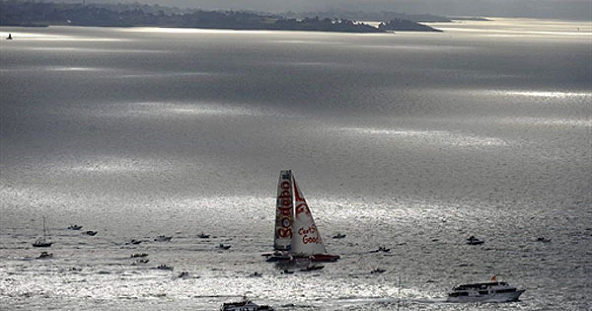 """Франція, Сен-Мало. Французький шкіпер багатокорпусного вітрильного судна """"Sodebo"""" Томас Ковілл під час старту сольної регати """"Рут дю Рум"""" біля берегів Сен-Мало. @ AFP"""