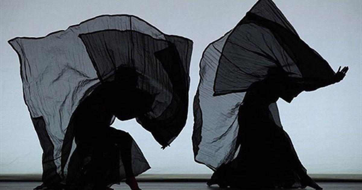 """США, Нью-Йорк. Танцюристи з балету """"Martha Graham Dance Company"""" виконують сцену з вистави """"Сніг на Меса (Портрет Марти)"""" у театрі Роуз. @ AFP"""