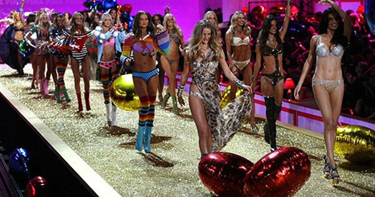 """Цього року на подіум шоу Victoria's Secret вийшли """"ангели"""" Адріана Ліма, Шанель Іман, Кароліна Куркова, Алессандра Амбросіо та багато інших @ AFP"""