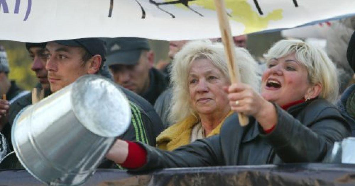 """Мітингуючі тримали гасла: """"Пенсійна реформа - крах підприємництву"""", """"Азаров - руки геть від базару"""", """"Немає гірше беззаконня, ніж Азаров прем'єром"""". @ УНІАН"""