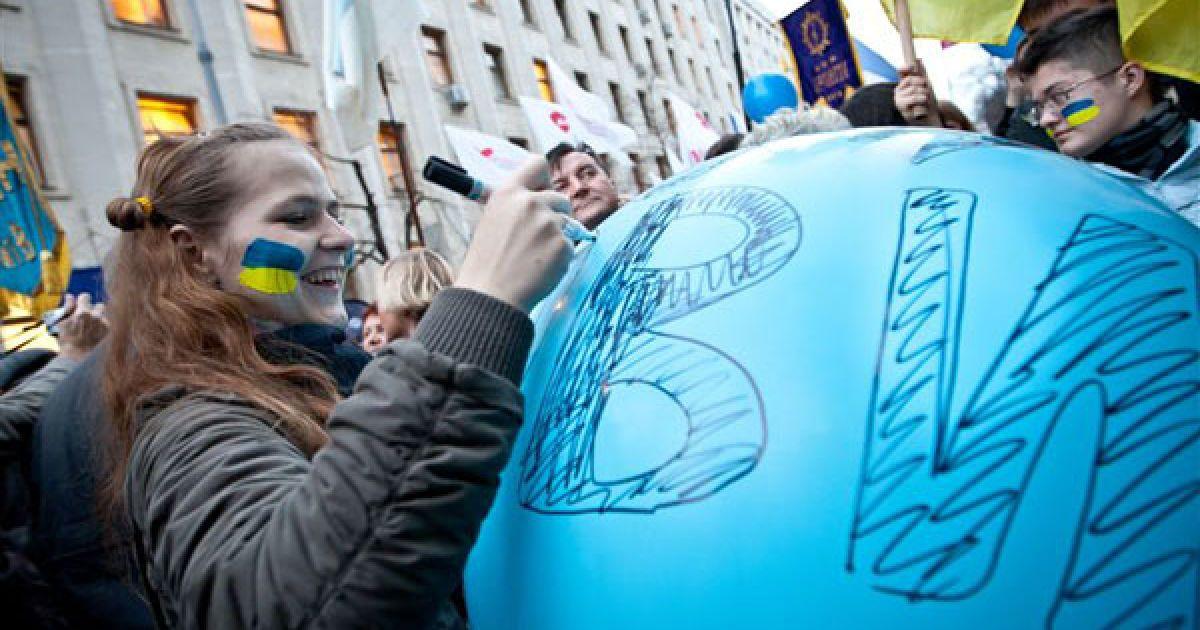 """Надувну кульку діаметром близько одного метра з написом """"Закон про мови"""" прокололи, що мало символізувати недопущення прийняття цього закону. @ PHL.com.ua"""