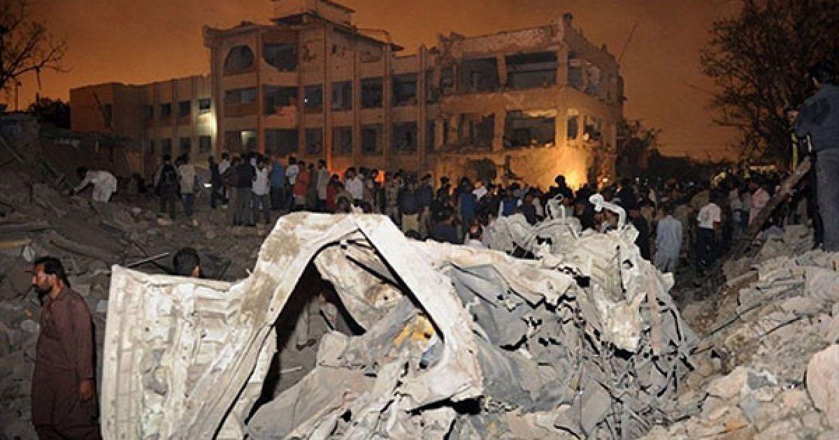Пакистан, Карачі. Рятувальні служби та співробітники служби безпеки збираються на місці вибуху у Карачі. Бойовики, озброєні вогнепальною зброєю і бомбою у вантажівці, зруйнували поліцейський відділок у найбільшому місті Пакистану. В результаті вибуху, загинули 18 людей, близько 100 осіб отримали поранення. @ AFP
