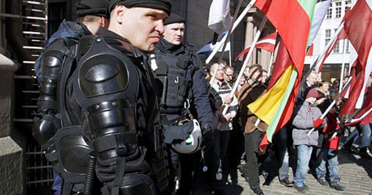 """Латвія, Рига. Ветерани Латиського Легіону (колишньої частини нацистської """"Ваффен СС"""") та їхні родичі пройшли маршем до пам'ятника Свободи, щоб покласти квіти до символу боротьби за незалежність від Москви. @ AFP"""