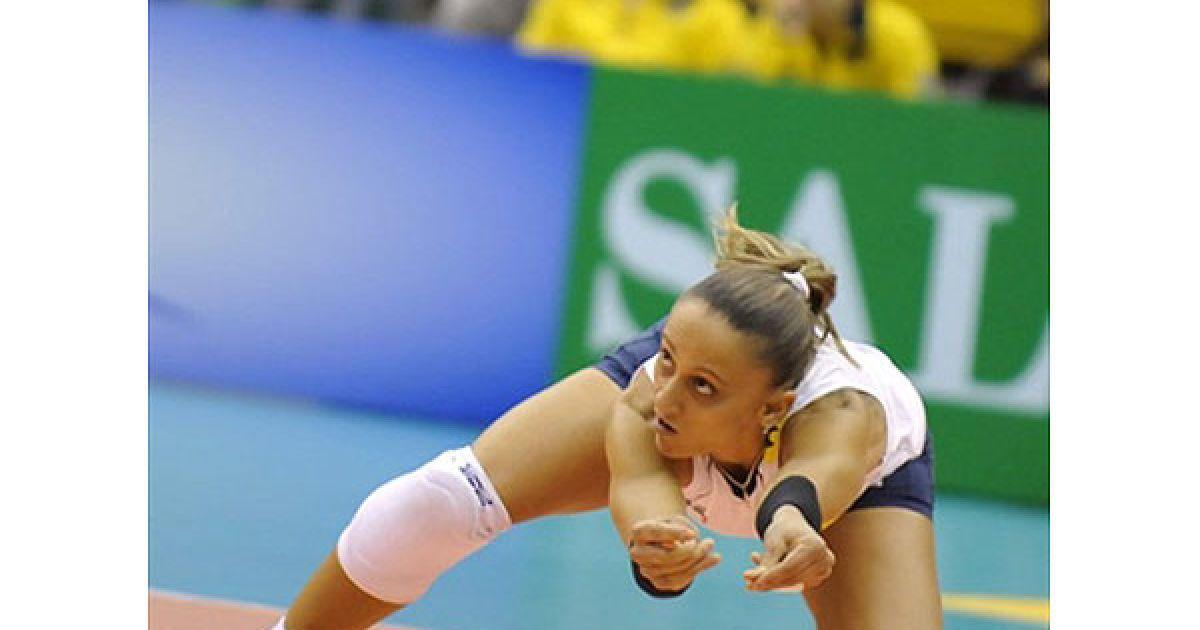 Японія, Хамамацу. Бразильська волейболістка Фабіана де Олівейра приймає подачу під час першого матчу Чемпіонат світу з волейболу серед жінок, який провели збірні Бразилії та Пуерто-Ріко. Бразилія отримала перемогу з рахунком 3:0. @ AFP