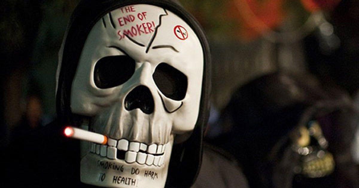 Мексика, Мехіко. Чоловік, одягнений у маску скелета, бере участь у ході на честь святкування Дня мертвих. @ AFP